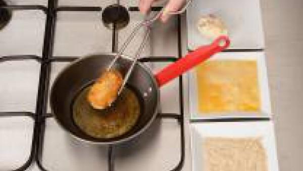 Pasa los huevos por huevo batido y pan rallado. Fríe en abundante aceite. Ponlos sobre papel absorbente de cocina. Sirve con lechuga picada y el resto de la bechamel en una salsera aparte.