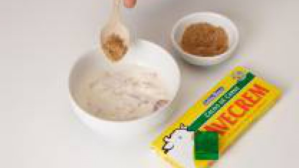 Cocer los huevos en abundante agua con sal, durante ocho minutos. Dejar enfriar. Pelar y separar las yemas de las claras y a nadir Avecrem Verduras -30% de sal. Prepara Mi Salsa Bechamel Gallina Blanc
