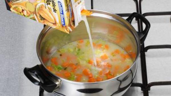 Añade el caldo y deja cocer durante 20 minutos a fuego lento.