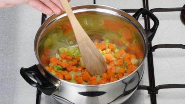 Trocea los puerros (aprovechando la parte verde), la zanahoria, la patata y la calabaza.  Rehoga en una cazuela con la mantequilla, evitando que se queme.