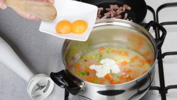 Una vez listo, añade la nata líquida con las dos yemas, tritura y cuela. Sirve caliente. Decora con unos taquitos de bacón, pasados por la sartén sin nada de grasa.