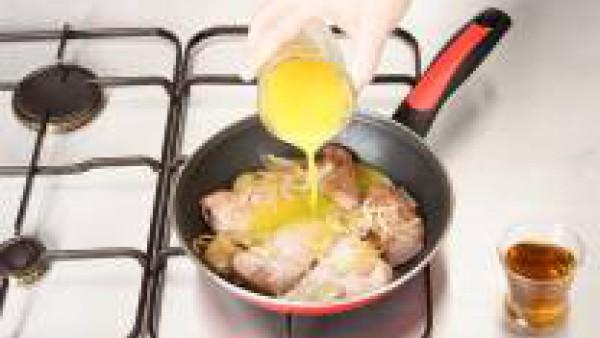 Agrega el zumo de naranja donde habremos diluido el sobre de Pimienta Verde Gallina Blanca