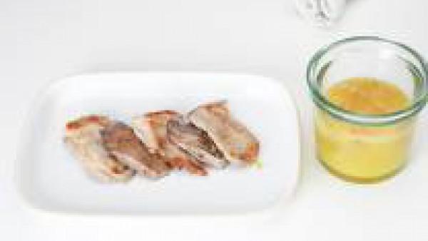 Pasar los solomillos a una fuente de servir y regar con la salsa.