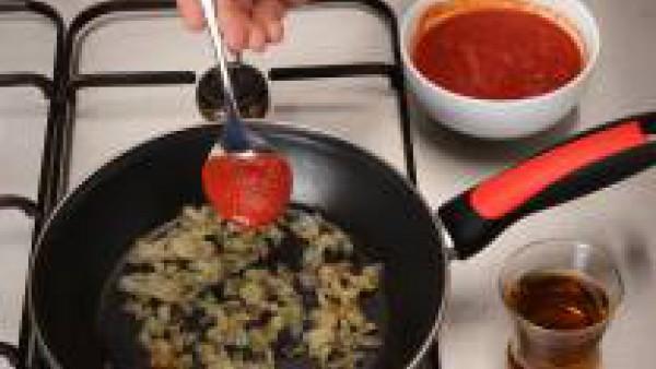 Rehoga la cebolla. A continuación añade el tomate y el brandy.