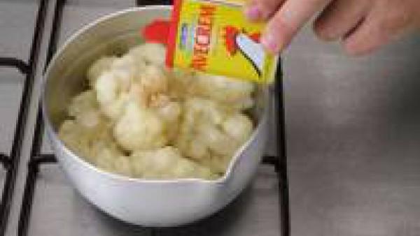 Hierve la coliflor al dente, sazonada con las pastillas de Avecrem Caldo de Pollo desmenuzadas.  Pon en un recipiente de vidrio el aceite, la cebolla y el ajo picado e introducirlo en el microondas du