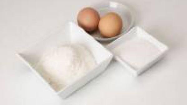 Une bien los tres ingredientes. Deja que el coco se hidrate y espese un poco la masa.