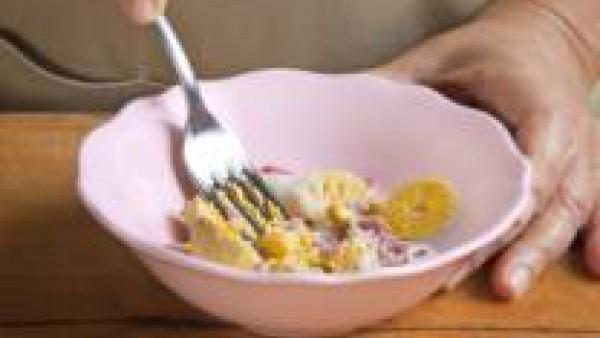 Abre los huevos duros a lo largo y retira las yemas. Mezcla las yemas con 2 cucharadas de bechamel y trabaja hasta formar una pasta espesa. Cubre los huevos con esta masa y déjalos enfriar.