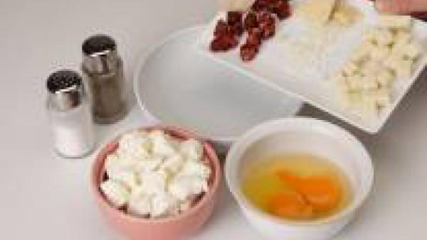 Cortar la mozzarella, mezclar con el requesón, el parmesano, el chorizo en taquitos y los huevos batidos.  Salpimentar.