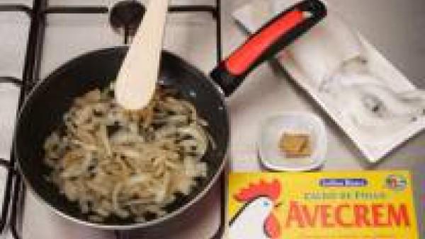 Limpia, lava y trocea la sepia. Pela y corta las patatas y el pimiento a trozos.  En una cazuela rehoga la cebolla picada.