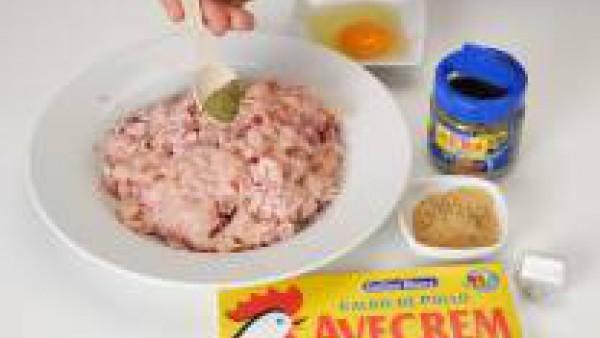 Tritura dos pechugas de pollo, el jamón, el huevo, las finas hierbas y las pastilla de Avecrem Caldo de Pollo