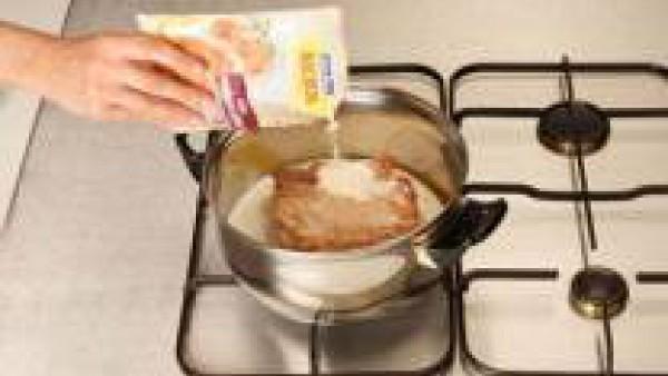 Añade el agua y la nata.  Al empezar a hervir, añade el sobre de Mi Salsa a la Pimienta Verde. Cierra y deja cocer durante 10-15 minutos aproximadamente.
