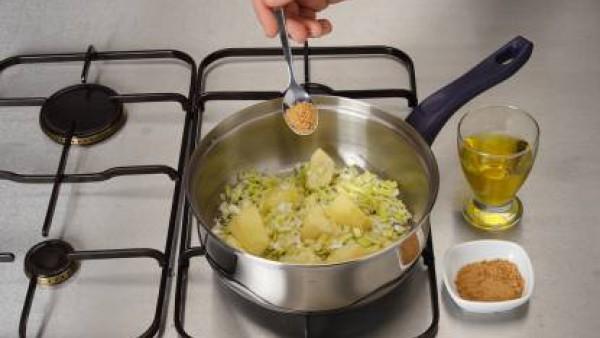 En una cazuela, estofa los puerros y las manzanas, sazonándolas también con el Avecrem y añade el vino blanco.