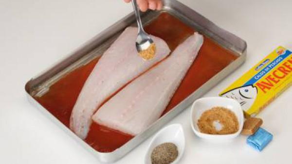 Pinta una fuente de horno con Tomate Frito Gallina Blanca. Coloca los filetes de merluza previamente sazonados con una pastilla de Avecrem desmenuzada y un poco de pimienta.