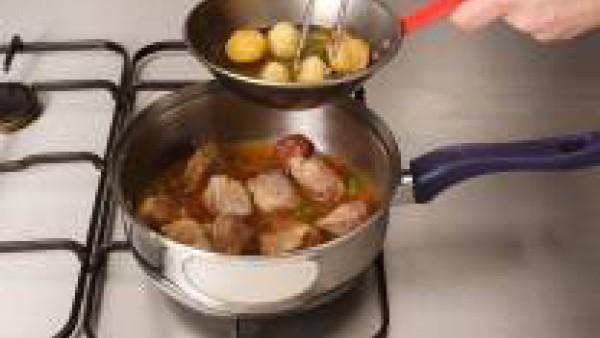Mientras se está guisando la carne, pelar y cortar las patatas en trozos
