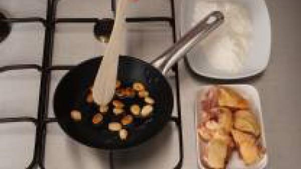 En una sartén con aceite, dora ligeramente las almendras y reserva. Enharina los trozos de pollo previamente sazonados con Avecrem. Sofríe y reserva.