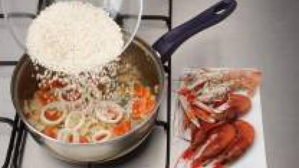 Agrega el arroz, remueve unos minutos y pon todo el pescado y el marisco y deja cocer.