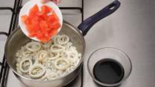 Primero limpia bien los calamares y diluye la tinta en una tacita con un poco de agua y sal. Saltea los calamares troceados en una cazuela con un poco de aceite durante unos minutos. Añade la cebollet
