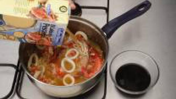 Por último, echa el caldo (doble de la medida de arroz) y la tinta. Cuece unos 20 minutos. Una vez esté el arroz en su punto, deja reposar fuera del fuego unos minutos y sirve.