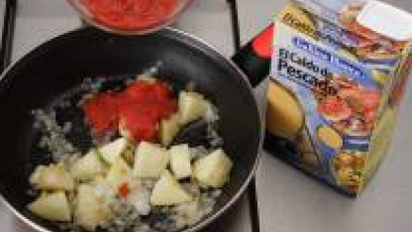 Pocha la cebolla en una cazuela con un poco de aceite.