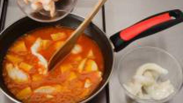 Añade las migas de bacalao y las gambas peladas y deja que se cocinen 2 ó 3 minutos.