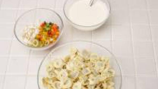 Escurrir y refrescar los Tortellini. Añadirlos al recipiente con el resto de los ingredientes.