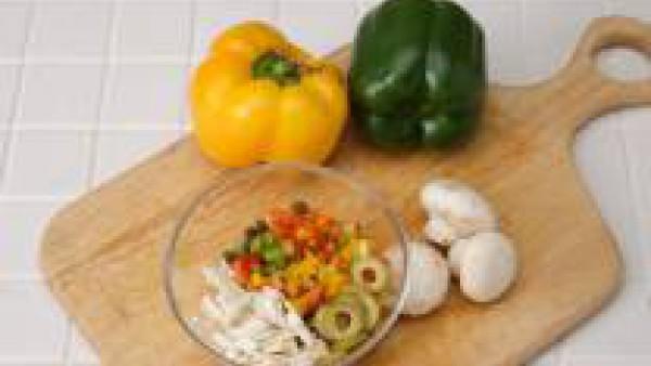Mientras, mezclar en un recipiente los pimientos cortados a cuadraditos, los champiñones cortados en juliana,