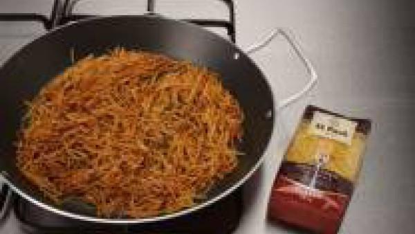 Rehoga los fideos para fideua en aceite, escurre y reserva. Pon a cocer los mejillones al vapor.