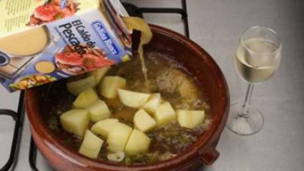 Pon a rehogar el sofrito de cebolla junto con los ajos laminados y el pimiento troceado.