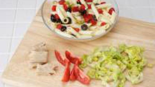 Añade el bonito desmigado, el tomate troceado y las aceitunas cortadas en ruedas. Decora con huevo duro. Aliña con aceite de oliva y servir.