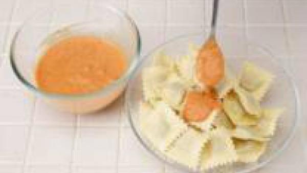 Sirve los raviolis con un par de cucharadas de salsa.
