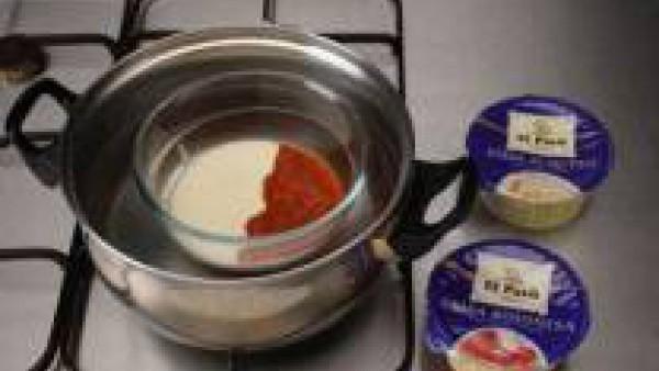 Calienta la salsa de queso como indique en su envase y mézclala con la bolognesa.