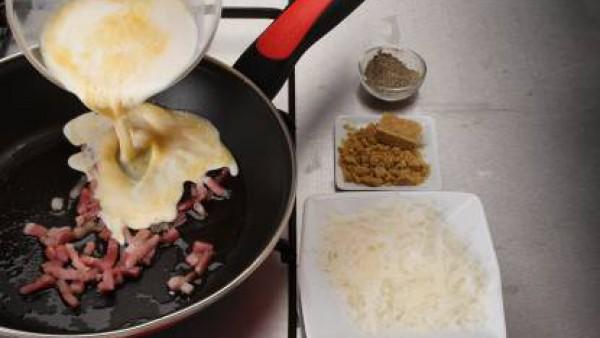 Cuando se haya disuelto por completo, añade la crema de leche, el queso parmesano y las yemas, y deja cocer durante dos minutos a fuego suave o hasta que las yemas se integren en la mezcla y el queso