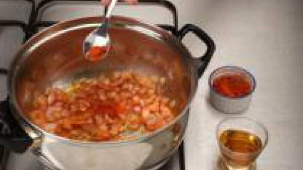 Pon en un cazo tres cucharadas de aceite de oliva. Incorpora el sofrito de tomate y cebolla y una hojita de laurel. Añade el coñac y deja evaporar.