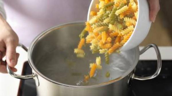 Hierve la pasta con agua, un poquito de aceite de oliva y la pastilla de Avecrem Caldo de Pollo -30% de Sal. Una vez hecha, escúrrela y resérvala para que se enfríe.