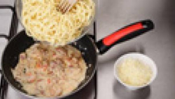 Deja que los sabores de la salsa se mezclen a fuego lento durante unos 3 minutos. Incorpora los espaguetis y deja que se caliente todo junto. Sirve acompañado de queso manchego rallado.