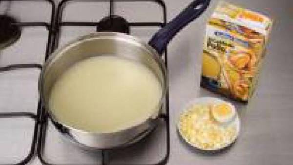 Mientras se calienta el Caldo Casero de Pollo Bajo en Sal 100% Natural Gallina Blanca, pon a hervir en agua el huevo hasta que esté duro. Deja enfriar un poco y pícalo muy pequeñito.