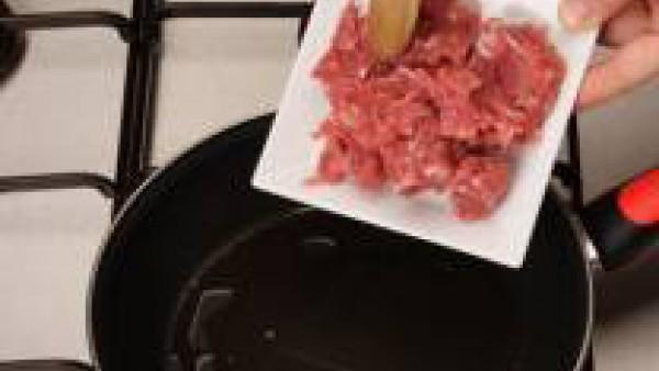 En una cazuela, rehoga los champiñones con la mantequilla durante 10 minutos y añade el apio. Cuando esté blando echa el jerez, espera a que se evapore, y luego incorpora la carne y déjala que cueza d