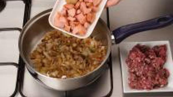 Dora la cebolla picada en una cazuela con un poco de aceite. Añade la carne de las salchichas, el pollo y la ternera hasta que se doren y consigas una masa homogénea.
