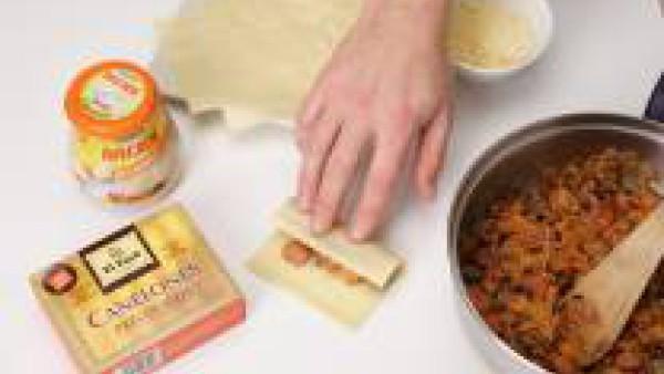 Rellena los canelones El Pavo, previamente remojados, y cúbrelos con Mi Salsa Bechamel. Espolvorea con el resto del queso y ponlos a gratinar.
