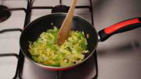 Rehoga con un poco de mantequilla la col, previamente hervida, y el ajo picado.