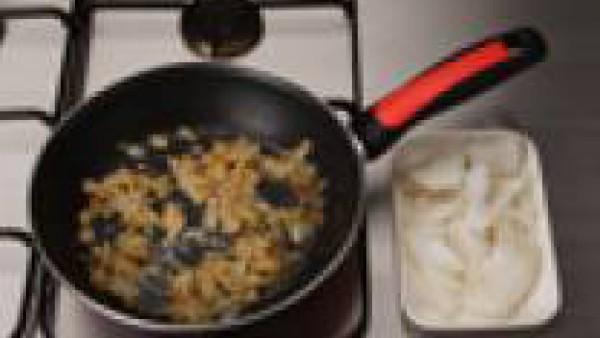 En una cazuela con mantequilla dora 150 gr. de sofrito de cebolla. Rehoga la harina y echa el bacalao, bien desmenuzado, deja cocer  2-4 minutos.
