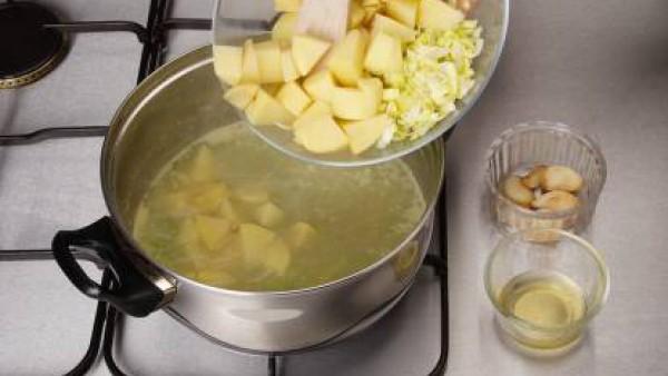 Pela las patatas y córtalas en trozos no muy pequeños. Añade las patatas y la parte blanca de los puerros al caldo hirviendo. Por último, añade también el aceite de dorar los ajos, frío y colado.