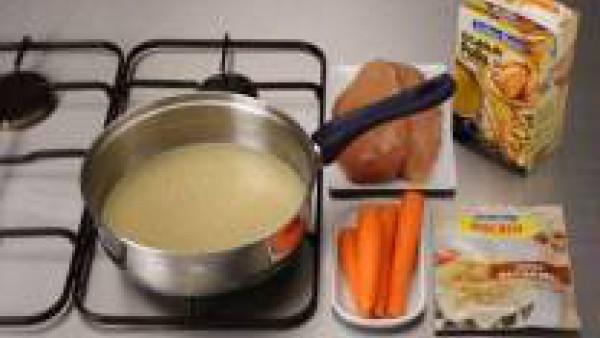 En una olla, hierve el pollo y las zanahorias con el caldo. Mientras se cuece, prepara en un momento Mi Salsa Bechamel con la leche y la nuez moscada, según las instrucciones del envase.