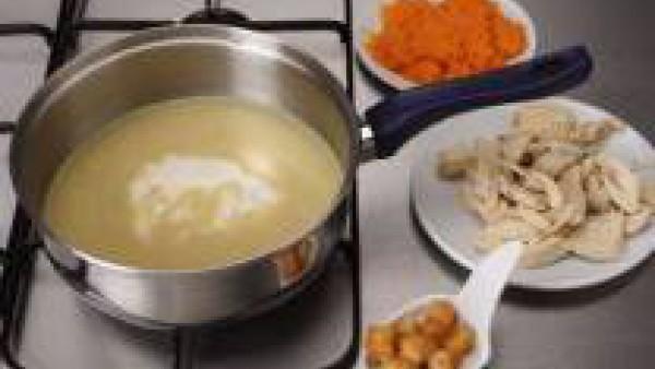 Añade al caldo Mi Salsa Bechamel, el puré de zanahoria y el pollo. Mantenlo un poco más en el fuego sin que hierva. Sirve caliente.
