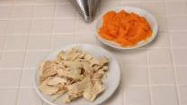 Después de unos 20 minutos más o menos, saca el pollo y desmenúzalo en pequeños trocitos. Pasa las zanahorias por el chino.