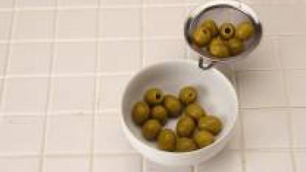 Escurre las aceitunas, bate el huevo y moja con él las aceitunas.