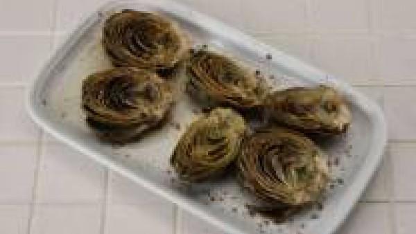 Échale un poco de limón, pimienta y spolvorea con Avecrem Ajo y Perejil. Pon las alcachofas al horno durante 15 o 20 minutos.