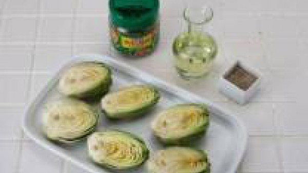 Quita las primeras capas de la alcachofa y frótalas con un poco de limón.