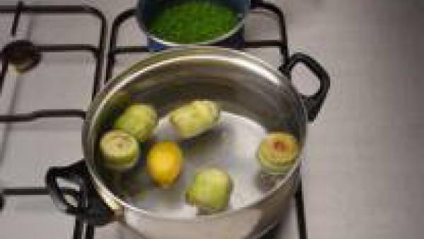 Cuece las alcachofas con una pastilla de Avecrem Verduras -30% de Sal.  Trocear la cebolla, el ajo y el jamón, mientras escurren las alcachofas.  En una sartén con el fondo cubierto de aceite de oliva