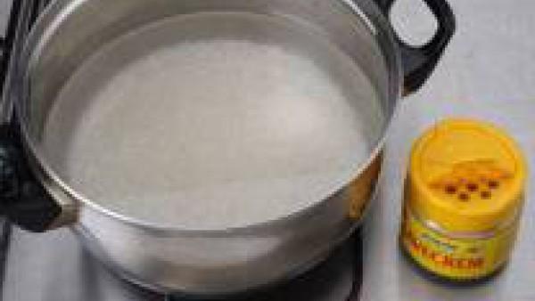 Pon una olla con agua y Avecrem. Cuando empiece a hervir, añade el arroz y deja hervir a fuego lento hasta que este a punto (10 o 15 minutos).